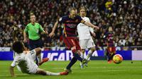 Pemain Barcelona, Andres Iniesta, saat mencetak gol ke gawang Real Madrid dalam laga La Liga Spanyol di Stadion Santiago Bernabeu, Madrid, Minggu (22/11/2015) dini hari WIB. (AFP Photo/Patricia de Melo Moreira)