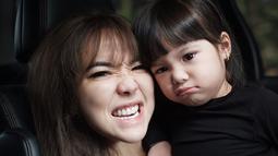 Ibu dan anak ini terlihat selalu kompak mengenakan pakaian sewarna dan senada. (Kapanlagi.com/Rita)