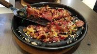 Pizza Hut mengeluarkan varian pizza baru, yaitu Black Pizza Meat Monsta, yang unik dan wajib dicoba. Sumber foto: Fabulo PR.