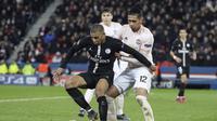 Aksi Kylian Mbappe dijaga ketat Chris Smalling pada leg kedua, babak 16 besar Liga Champions yang berlangsung di Stadion Parc des Princes, Paris, Kamis (7/3). Man United menang 3-1 atas PSG. (AFP/Franck Fife)