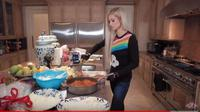 Paris Hilton dalam program Cooking With Paris. foto: Youtube 'Paris Hilton'