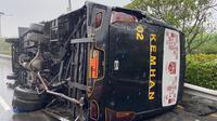 Bus Kementerian Pertahanan (Kemhan) terlibat kecelakaan lalu lintas di Tol Jagorawi, Senin 14 September 2020. (Dok Twitter @TMCPoldaMetro)