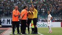 Pelatih Persija Jakarta, Julio Banuelos, mendapat kartu kuning saat mendampingi timnya melawan Persebaya Surabaya di Stadion Gelora Bung Tomo, Surabaya, Sabtu (24/8/2019). (Bola.com/Aditya Wany)