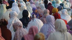 Umat Muslim menghadiri sholat Idul Fitri 1442 H di masjid Raya Al Arif, Jalan Stasiun Senen, Jakarta, Kamis (13/5/2021). Penerapan protokol kesehatan saat Sholat Idul Fitri yang ketat guna mencegah penyebaran Covid-19. (merdeka.com/Imam Buhori)