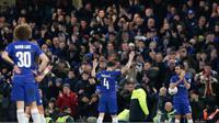Gelandang Chelsea, Cesc Fabregas, menyapa suporter usai melawan Nottingham Forest pada laga Piala FA di Stadion Stamford Bridge, Sabtu (5/1/). Laga yang dimenangi The Blues dengan skor 2-0 merupakan yang terakhir bagi Fabregas. (AP/Adrian Dennis)