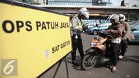 Petugas memberhentikan pengendara roda dua saat operasi patuh jaya dikawasan Thamrin, Jakarta, Selasa (24/5/2016). Selama Operasi Patuh Jaya 2016, Ditlantas Polda Metro Jaya mencatat terjadi 38.622 pelanggar lalu lintas. (Liputan6.com/Faizal Fanani)