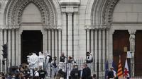 Polisi Prancis dan petugas forensik bekerja menangani kasus penikaman di gereja Notre Dame di Nice, Prancis, pada Kamis (29/10/2020). (Foto credit: AP/Daniel Cole)