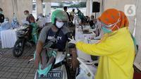 Paramedis memeriksa kondisi kesehatan warga saat vaksinasi COVID-19 secara drive-thru di ICE BSD, Tangerang, Banten, Sabtu (13/3/2021). Vaksinasi ini diselenggarakan atas kerja sama Pemerintah Kota Tangsel dan perusahaan jasa angkutan online. (merdeka.com/Arie Basuki)