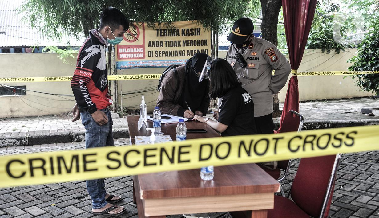 Keluarga korban pesawat Sriwijaya Air SJ 182 menjalani pendataan tes usap COVID-19 sebelum memberikan data di Posko Ante Mortem DVI, RS Polri, Jakarta, Minggu (10/1/2020). Keluarga korban mulai berdatangan ke posko ante mortem pascajatuhnya Sriwijaya Air SJ 182. (merdeka.com/Iqbal S. Nugroho)