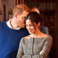 Meghan Markle dan Pangeran Harry memang terlihat mesra. Ini saat sang Pangeran membisikkan sesuatu pada Meghan. (Rex/Shutterstock/HollywoodLife)
