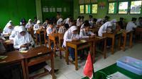 MTs Pakis dan MTs Ma'arif NU 2 Cilongok menjadi MTs pertama di Banyumas yang menggelar ujian semester dengan menggunakan android dan komputer. (Foto: Liputan6.com/Isrodin untuk Muhamad Ridlo)