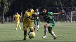 Striker Vamos Indonesia, Risyad, berebut bola dengan pemain PS Tira Persikabo U-18 pada pertandingan persahabatan di Lapangan A GBK, Jakarta, Rabu (29/5). Kedua klub bermain imbang 1-1. (Bola.com/Yoppy Renato)
