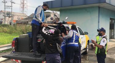 Petugas Mengamankan Motor yang Masuk ke Jalan Tol.
