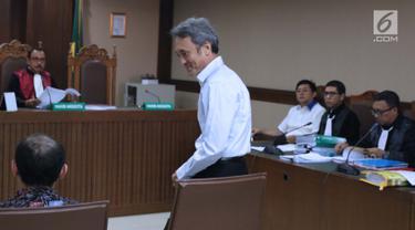 Terdakwa suap panitera Pengadilan Negeri Jakarta Pusat, Eddy Sindoro bersiap menjadi saksi pada sidang lanjutan dugaan menghalangi proses penyidikan KPK dengan terdakwa Lucas di Pengadilan Tipikor, Jakarta, Kamis (17/1). (Liputan6.com/Helmi Fithriansyah)