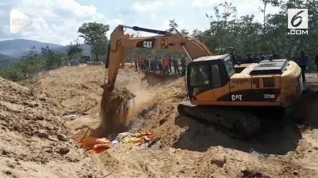 Jenazah yang merupakan korban gempa tsunami dikubur tiga lapis. Pemakaman massal tersebut memasuki hari ketiga setelah sebelumnya dilakukan di hari Senin.