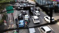 Kendaraan melintas di Jalan Jenderal Sudirman, Jakarta, Minggu (14/10). Terkait usulan ganjil genap diterapkan permanen, Kepala BPTJ Bambang Prihantono mengatakan pihaknya akan menunggu evaluasi pada akhir Desember nanti. (Liputan6.com/Immanuel Antonius)