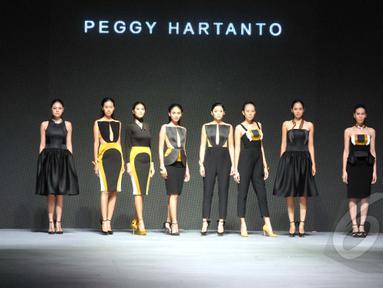 Sejumlah model berpose memakai busana rancangan Peggy Hartanto yang bertajuk 'Curve' pada ajang Indonesia Fashion Week 2015 di JCC Senayan, Jakarta, Minggu (1/3). (Liputan6.com/Panji Diksana)