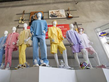 """Setelan pakaian yang dikenakan boyband BTS pada video klip """"Dynamite"""" mereka ditampilkan saat pratinjau pers Julien's Auctions MusiCares Charity Relief Auction, di Beverly Hills, California, Selasa (26/1/2021). Acara lelang amal akan berlangsung pada 29 Januari 2021 mendatang. (VALERIE MACON/AFP)"""