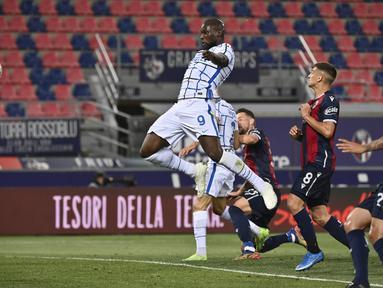 Striker Inter Milan, Romelu Lukaku, mencetak gol ke gawang Bologna pada laga Serie A di Stadion Renato Dall'Ara, Sabtu (3/4/2021). Inter Milan menang dengan skor 1-0. (Massimo Paolone/LaPresse via AP)