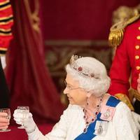 Presiden AS, Donald Trump bersama Pemimpin Monarki Britania Raya dan Persemakmuran, Ratu Elizabeth II bersulang saat jamuan dan makan malam kenegaraan di Istana Buckingham (4/6/2019) (POOL PHOTO)
