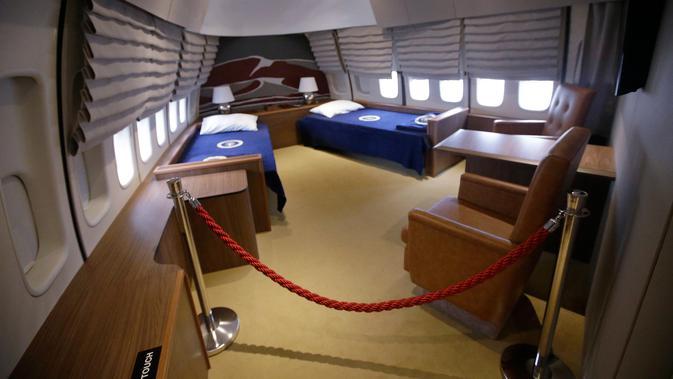 Ruang tidur presiden yang ada di dalam replika pesawat kepresidenan AS ketika pameran Air Force One Experience di North Kingstown, 18 September 2017. Replika pesawat ini lengkap dengan ruangan-ruangan yang digunakan presiden. (AP Photo/Stephan Savoia)