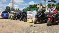 YNCI (Yamaha NMax Club Indonesia) lakukan aksi sosial dengan memberikan hand sanitizer gratis. (ist)