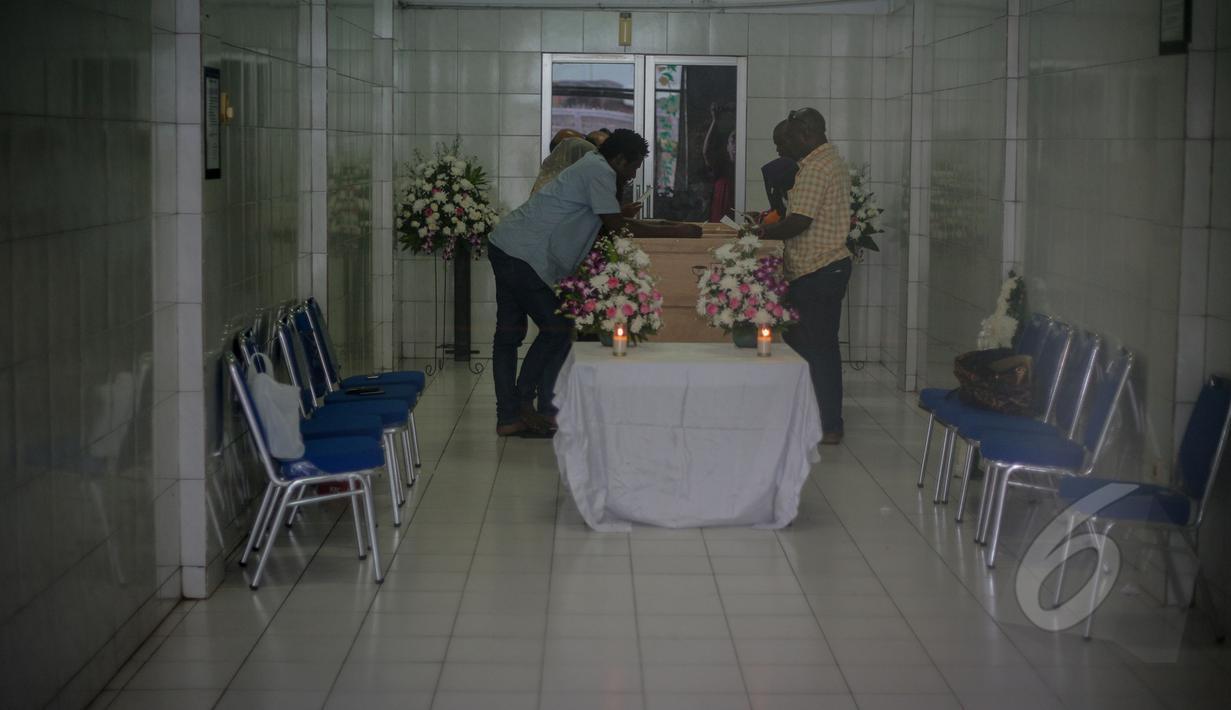 Para kerabat terlihat mendoakan jenazah terpidana mati Sylvester Obiekwe Nwolise di Rumah Duka RS PGI Cikini, Jakarta, Kamis (30/4/2015). Jenazah Sylvester hari ini akan dipulangkan ke negara asalnya, Nigeria. (Liputan6.com/Faizal Fanani)