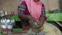 Ibu-ibu di Probolinggo membuat aneka kue lezat dari bahan mangrove. Foto: (Dian Kurniawan/Liputan6.com)