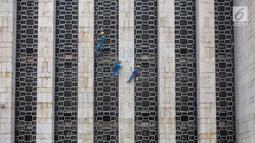 Pekerja merawat keramik Masjid Istiqlal, Jakarta, Rabu (17/7/2019). Proyek renovasi Masjid Istiqlal yang dikerjakan PT Waskita Karya dengan nilai kontrak keseluruhan sebesar Rp 465.300.998.000 proses pengerjaannya baru mencapai 2,1 persen. (Liputan6.com/Fery Pradolo)