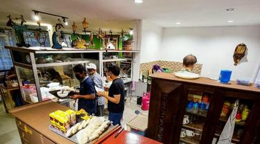 Sensasi Makan Bakso di dalam Galeri Barang Antik
