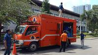 Sebuah mobil yang berfungsi sebagai dapur umum terparkir di halaman Gedung Sate, Kota Bandung. Mobil ini digunakan BPBD Jabar untuk kesiapsiagaan menghadapi bencana. (Liputan6.com/Huyogo Simbolon)