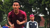 Mantan pemain Arema, Fariz Bagus Dhinata, kini menjadi belantik sapi. (Bola.com/Iwan Setiawan)