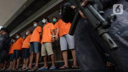 Para tersangka dihadirkan saat rilis kasus pungli terhadap sopir truk kontainer Tanjung Priok di Polda Metro Jaya, Jakarta, Kamis (17/6/2021). Polisi menangkap 24 orang dari empat kelompok preman. (merdeka.com/Imam Buhori)