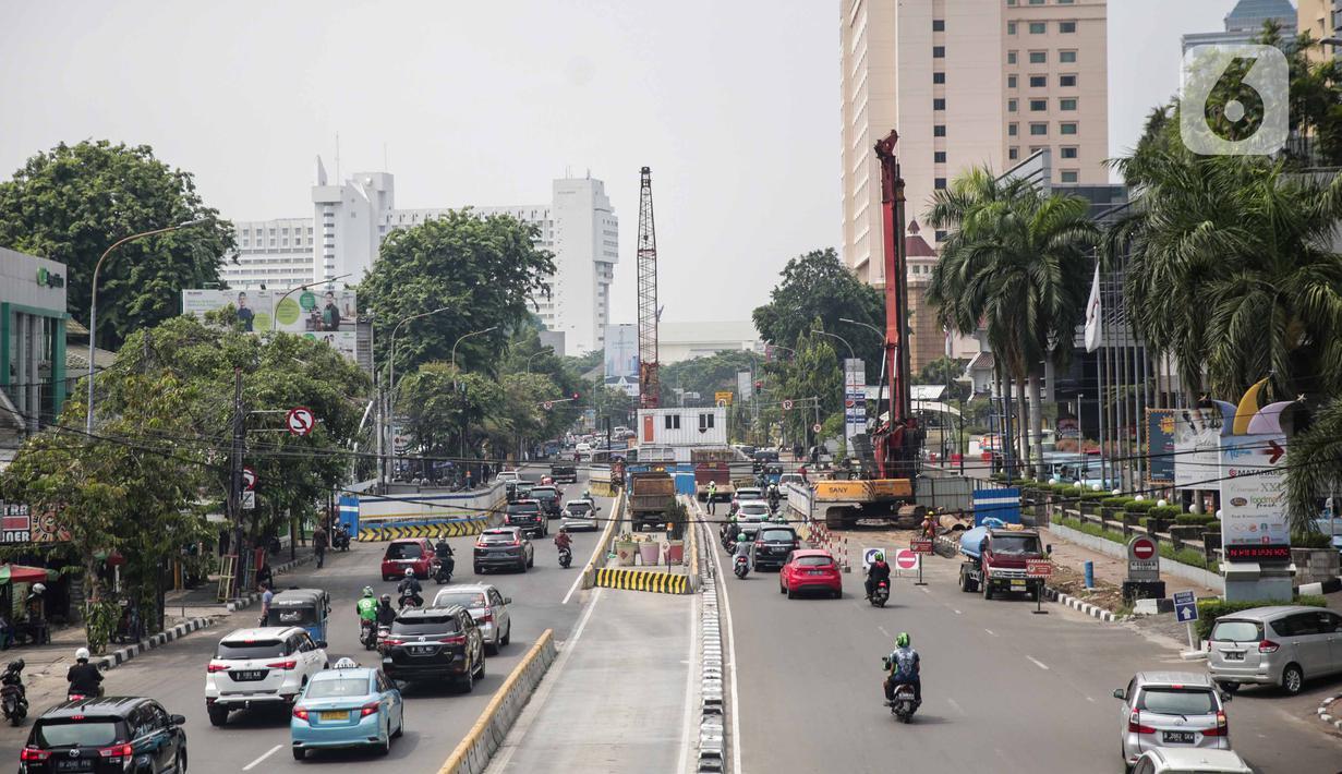Suasana proyek pembangunan terowongan (underpass) Senen Extension di Pasar Senen, Jakarta, Sabtu (20/12/2019). Underpass yang pembangunan fisiknya ditarget selesai pada 2020 tersebut diharapkan dapat mengurangi kemacetan lalu lintas setempat. (Liputan6.com/Faizal Fanani)