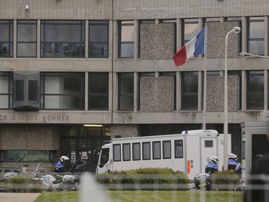 Petugas keamanan berdiri di pintu masuk penjara Fleury-Merogis setelah kedatangan konvoi polisi yang diyakini membawa tersangka utama teror Paris pada November lalu, Salah Abdeslam, di Prancis, Rabu (27/4). (REUTERS/Christian Hartmann)