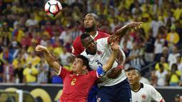 Duel antara pemain Kolombia dan pemain Kosta Rika dalam laga Grup A Copa America Centenario 2016 di Stadion NRG, Houston, AS, Minggu (12/6/2016). (AFP/Nelson Almeida)