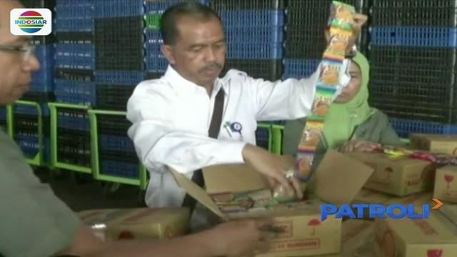 Petugas gerebek pabrik roti di Surabaya, yang mengantongi izin terakhir pada tahun 1992 silam. Produk makanan tersebut juga kini tengah diperiksa untuk menguji kandungan yang ada dalam roti.