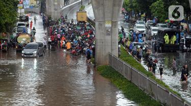 Suasana Jalan Kapten Tendean yang terendam banjir, Jakarta, Sabtu (20/2/2021). Banjir yang disebabkan curah hujan tinggi memutus akses lalu lintas di Jalan Kapten Tendean. (merdeka.com/Imam Buhori)