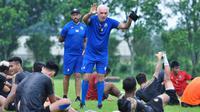 Pelatih Arema FC, Mario Gomez, memberikan instruksi kepada para pemain asuhannya ketika Singo Edan bisa berlatih bersama sebelum pandemi virus corona COVID-19 membuat tim harus berpisah dan berlatih mandiri. (Bola.com/Iwan Setiawan)
