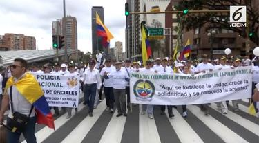 Presiden Kolombia Ivan Duque turun ke jalan bergabung dengan warga yang melakukan demonstrasi. Mereka mengecam aksi pemboman yang menewaskan 21 polisi.
