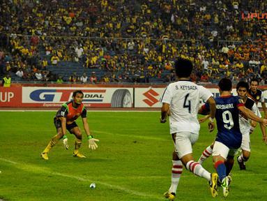 Pemain Malaysia, Norshahrul berusaha melewati pertahanan pemain Laos dalam Laga Piala AFF Suzuki 2012 grup B di Stadion Bukit Jalil, Kuala Lumpur Malaysia, rabu 28 November 2012. pertandingan dimenangkan Malaysia dengan skor 4-1.