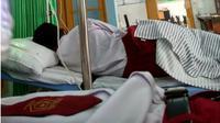 Lima pelajar sekolah dasar di Kota Kediri Jawa Timur, terpaksa harus dilarikan ke rumah sakit karena mengalami luka akibat disengat lebah. (Liputan6.com/Dian Kurniawan)