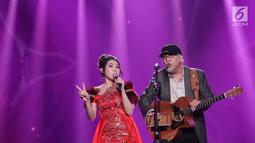 Penampilan duet Iwan Fals dan Via Vallen menyanyikan lagu dangdut pada Konser Raya 23 Tahun Indosiar di JCC, Jakarta, Kamis (11/1). Iwan Fals untuk pertama kalinya akan ditantang menyatukan diri dengan Indosiar. (Liputan6.com/Helmi Fithriansyah)