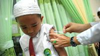 Imunisasi vaksin MR sudah dilakukan Dinkes Palembang ke sekolah-sekolah di Palembang meskipun vaksin MR belum mengantongi sertifikasi halal dari MUI (Liputan6.com / Nefri Inge)