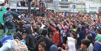 Para bintang sinetron Anak Langit kembali menyapa para penggemarnya. Hampir seluruh bintang utama dalam sinetron tersebut hadir dalam acara meet and greet yang digelar di City Plaza Jatinegara Sabtu (24/3/2018). (Nurwahyunan/Bintang.com)
