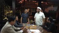 Dahlan Iskan sempat dikunjungi sejumlah tokoh pendukungnya pada Senin malam, 12 Desember 2016. (Twitter @iskan_dahlan)