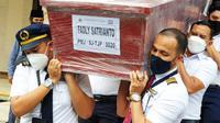 Jenazah Fadly Satrianto saat tiba di Surabaya. (Dian Kurniawan/Liputan6.com)