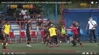 Kapten AHHA PS Pati FC, Zulham Zamrun, mengejar pemain Persiraja Banda Aceh, Defri Rizki. (Tangkapan layar YouTube AHHA PS FC).