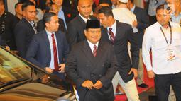 Capres nomor urut 02 Prabowo Subianto saat tiba di lokasi debat keempat Pilpres 2019 yang diselenggarakan KPU di Hotel Shangri-La, Jakarta, Sabtu (30/3). Debat dimoderatori Retno Pinasti dan Zulfikar Naghi. (Liputan6.com/AnggaYuniar)