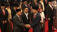 Presiden Joko Widodo atau Jokowi memberikan ucapan selamat kepada para Wakil Menteri (Wamen) Kabinet Indonesia Maju usai pelantikan di Istana Negara, Rabu (23/10/2019). Sebanyak 12 wakil menteri dilantik untuk membantu jajaran menteri Kabinet Indonesia Maju. (Sports Unisda.com/Angga Yunair)